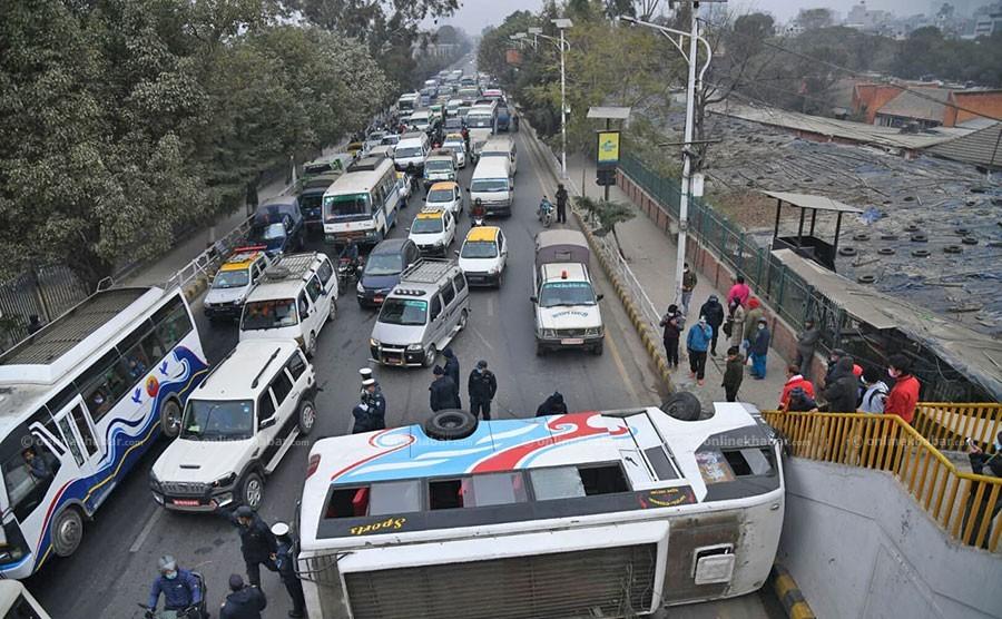 काठमाडौंको भद्रकालीमा बस पल्टियो